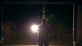 Realizando combate engañe los ataques en una calle de la ciudad, bombillas de la noche almacen de video