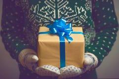 Realizar da menina no presente de Natal das mãos Imagem de Stock
