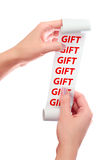 Realizar da mulher em seu rolo das mãos de papel com recibo impresso Palavras do presente mostradas Imagem de Stock Royalty Free
