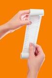 Realizar da mulher ou da menina no rolo das mãos de papel com zombaria impressa do recibo acima do molde Limpe o modelo Pode ser  Imagens de Stock