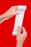 Realizar da mulher ou da menina no rolo das mãos de papel com zombaria impressa do recibo acima do molde Limpe o modelo Pode ser  Foto de Stock