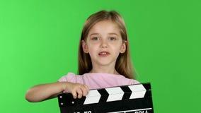 Realizar do bebê no clapperboard das mãos Tela verde vídeos de arquivo