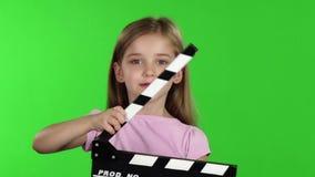 Realizar do bebê no clapperboard das mãos Tela verde Movimento lento vídeos de arquivo