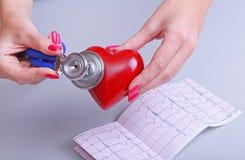 Realizar fêmea do doutor da medicina no coração vermelho do brinquedo das mãos e o estetoscópio dirigem Cardio- therapeutist, edu Imagens de Stock Royalty Free
