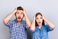 Realmente?! Dois amantes chocados jovens são surpreendidos com os olhos largamente abertos Imagens de Stock Royalty Free