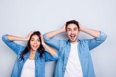 Realmente? O retrato de dois amantes chocados jovens é surpreendido com wid Imagens de Stock Royalty Free