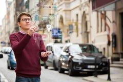 Realtà aumentata nell'introduzione sul mercato Uomo con il telefono fotografie stock