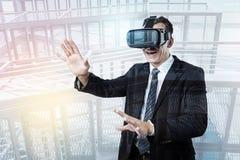Realtà virtuale sicura piacevole di prova dell'uomo d'affari Fotografie Stock Libere da Diritti