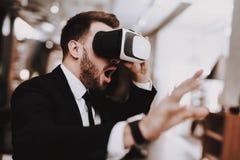Realtà virtuale Vestito di affari Computer portatile siedasi immagini stock libere da diritti