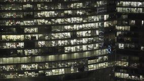 Realtidsfasadskott av fasaden för skyskrapa s i centrum Låst ner skott lager videofilmer