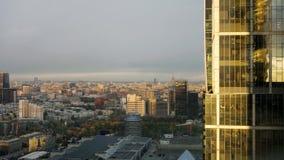 Realtidspanoramautsikt för solnedgångMoskvastad från en av en skyskrapa som placeras i internationell affärsmitt för Moskva stock video