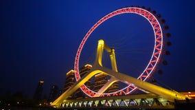 Realzeitnachtszene des Tianjin-Riesenrads, Tianjin-Auge mit dunkelblauem Hintergrund stock video