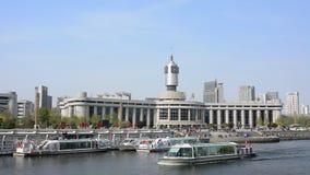 Realzeitvideo Bahnhofs Tianjins mit touristischem Boot kreuzt den Fluss stock footage