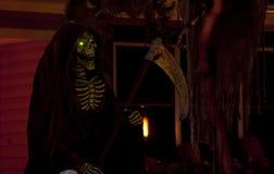 Reaper sinistre avec les yeux verts rougeoyants images stock
