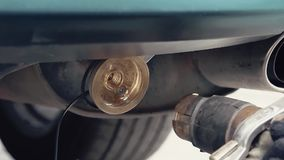 Reaprovisionamiento de combustible del coche con el combustible de gas almacen de metraje de vídeo