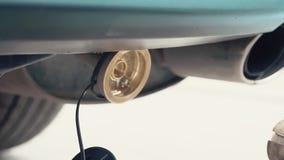 Reaprovisionamiento de combustible del coche con el combustible de gas metrajes