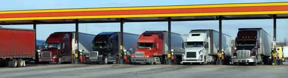 Reaprovisionamiento de combustible diesel de los carros Imágenes de archivo libres de regalías
