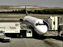Reaprovisionamiento de los aviones en Barajas, Madrid foto de archivo