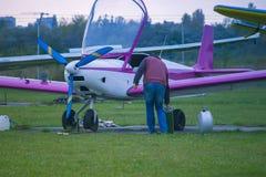 Reaprovisionamiento de los aviones en el aeropuerto imagenes de archivo