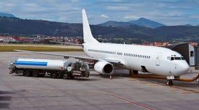 Reaprovisionamiento de un aeroplano de combustible Foto de archivo libre de regalías