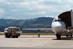 Reaprovisionamiento de un aeroplano de combustible imagen de archivo