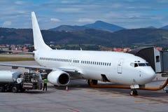 Reaprovisionamiento de un aeroplano de combustible imágenes de archivo libres de regalías