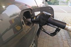 Reaprovisionamiento del coche en una gasolinera Combustible de gas de aceite rellene y del relleno en la estación Gasolinera - re fotos de archivo