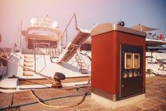 Reaprovisionamiento y relleno de la estación del barco en el muelle, en verano en el mar foto de archivo