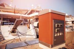 Reaprovisionamiento y relleno de la estación del barco en el muelle, en verano en el mar foto de archivo libre de regalías