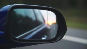 Rear-view op de weg van spiegel van auto stock footage