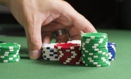 Rearranje microplaquetas de póquer Fotos de Stock Royalty Free