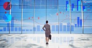 Rearview da mulher de negócios que olha a animação digital da relação de incandescência do gráfico video estoque