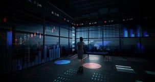 Rearview de la empresaria que mira la animación digital del interfaz del gráfico que brilla intensamente almacen de video