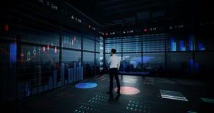 Rearview del hombre de negocios que mira la animación digital del interfaz del gráfico que brilla intensamente almacen de metraje de vídeo