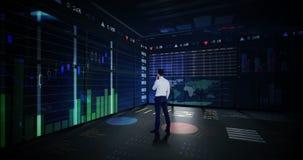Rearview del hombre de negocios que mira la animación digital del interfaz del gráfico que brilla intensamente almacen de video