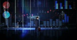 Rearview del hombre de negocios que mira la animación digital del interfaz del gráfico que brilla intensamente