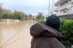 Áreas residenciales inundadas en Marina di Carrara y rescate Fotografía de archivo libre de regalías