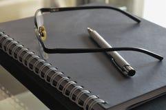 Reasearch voor het werkglazen en potlood stock afbeeldingen