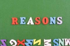 REASONSword auf dem grünen Hintergrund verfasst von den hölzernen Buchstaben des bunten ABC-Alphabetblockes, Kopienraum für Anzei Stockfotografie