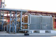 Reator tubular azul com as paredes grossas para a produção de polietileno de alta pressão em uma refinaria de petróleo, petroquím fotografia de stock