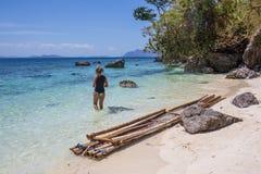 reaxing在海滩的少妇在异乎寻常的手段 免版税库存照片