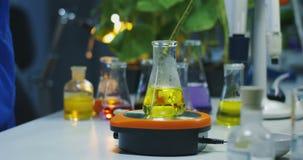 Reazione chimica in tubi della prova di laboratorio stock footage