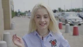 Reazione di Omg della giovane donna stupita che incoraggia e che ritiene allegra e per le grandi notizie - video d archivio