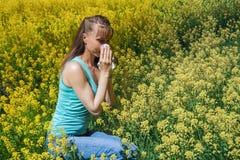 Reazioni allergiche da balzare fiori, polline, ambrosia Allergia stagionale Donna che soffia il suo naso nel parco della molla de Fotografia Stock
