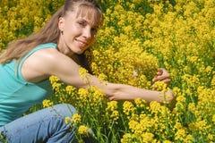 Reazioni allergiche da balzare fiori, polline, ambrosia Allergia stagionale Donna che soffia il suo naso nel parco della molla de Fotografia Stock Libera da Diritti
