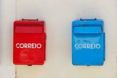 Reb e contenitori blu di posta a Lisbona, Portogallo Immagine Stock