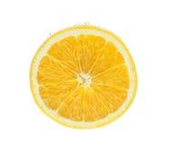 Rebanada anaranjada en agua con las burbujas Foto de archivo libre de regalías