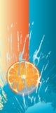 Rebanada anaranjada que cae abajo Imagen de archivo