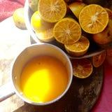 Rebanada anaranjada y zumo de naranja Foto de archivo