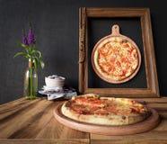 Rebanada caliente de la pizza con queso de fusión con cierre del concepto del marco encima de la foto Imagenes de archivo